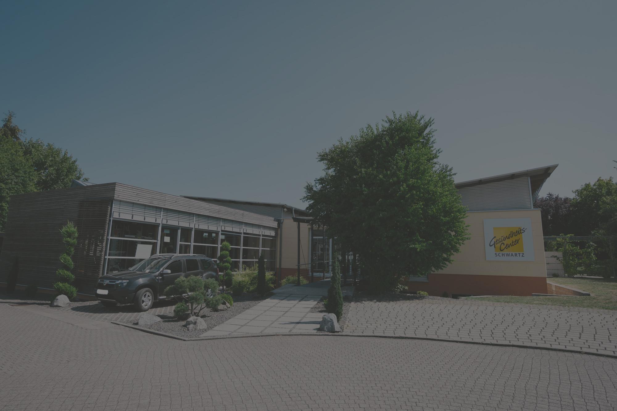 Gesundheits-Center Schwartz Firmengebäude dunkel hinterlegt Physiotherapie und Fitnessstudio in Blieskastel Webenheim